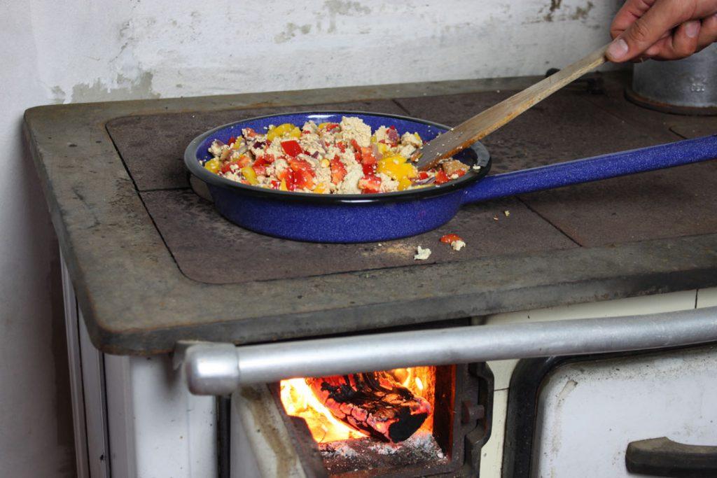 Für Euer Chili sin Carne vegan die frischen Zutaten mit dem Räuchertofu anbraten