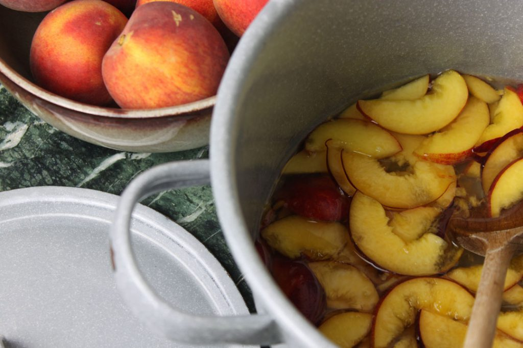 Die Zutaten für den Pfirsich-Sirup in einen Topf geben
