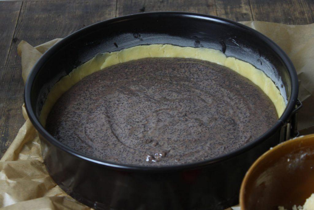 Die Mohn-Pudding-Füllung gleichmäßig verteilen