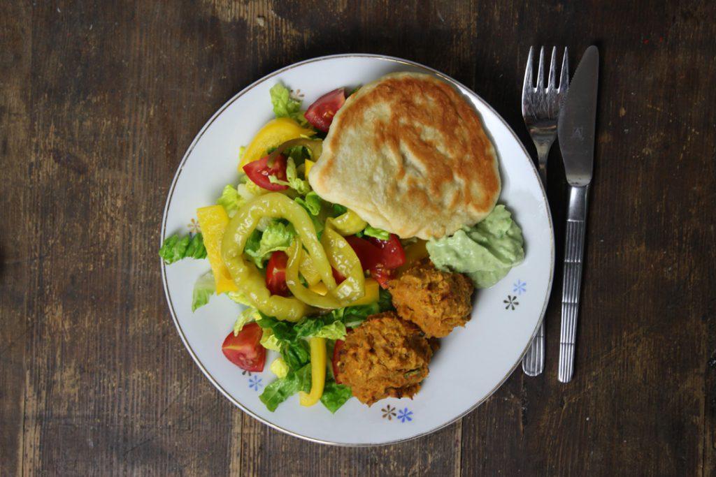 Die Süßkartoffel-Falafeln harmonieren gut mit frischem Salat und Guacamole