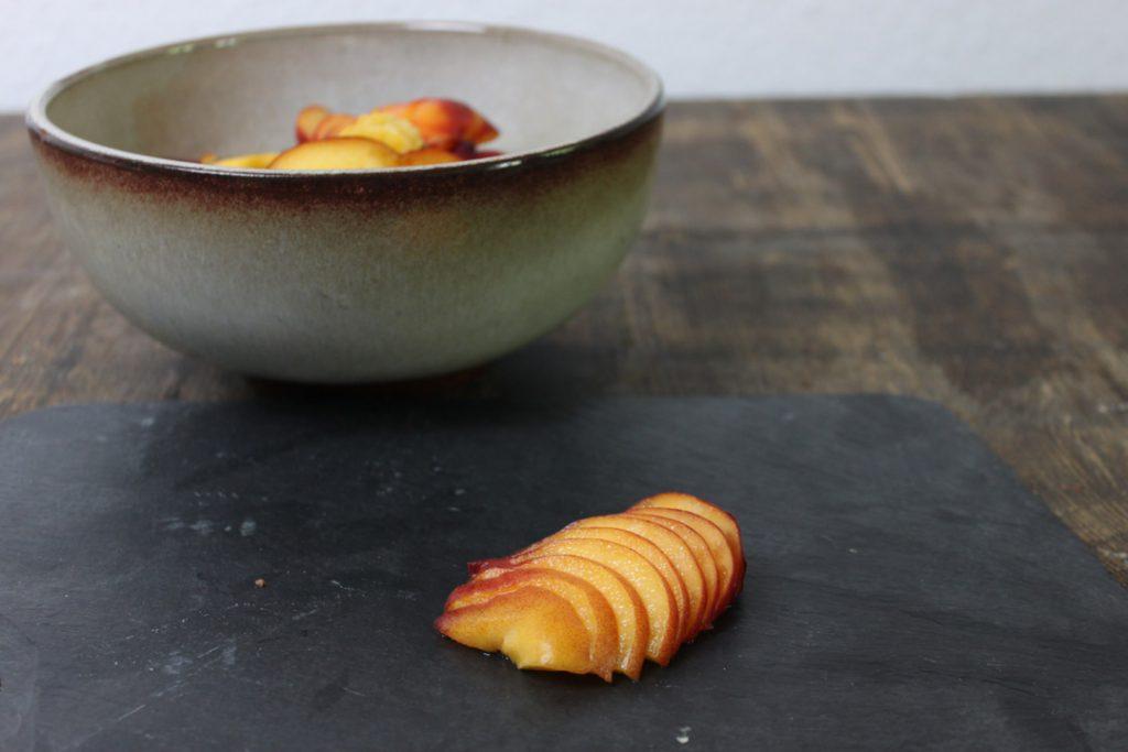 Für die Füllung die Pfirsiche sehr dünn schneiden