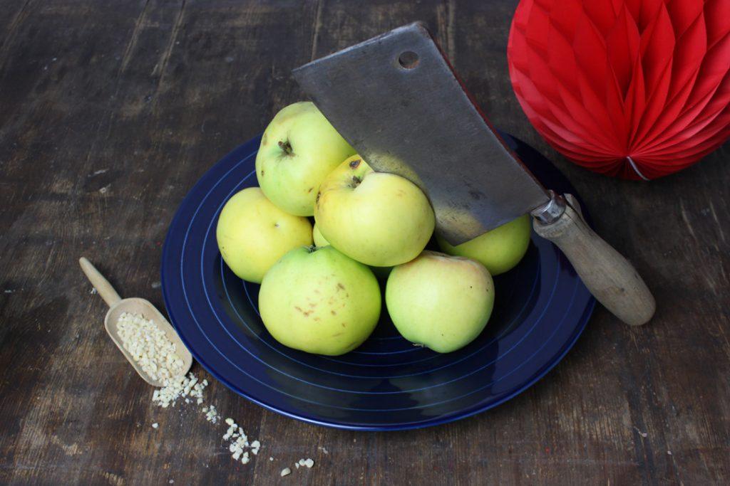 Die Äpfel gründlich waschen und entkernen