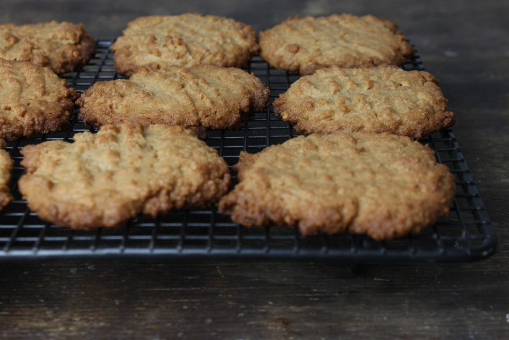 Vegane Erdnussbutter-Kekse vollständig auf einem Gitter auskühlen lassen
