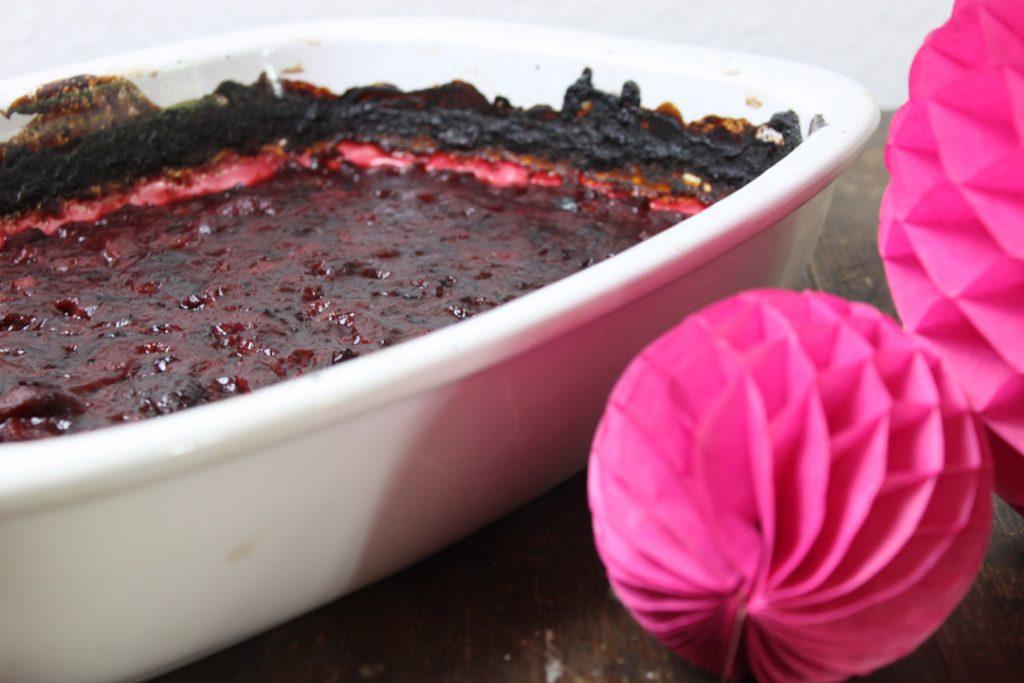 Für zuckerfreies Pflaumenmus die Pflaumen im Ofen zu einem dicklichen Brei backen