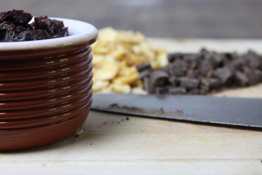 Trockenfrüchte und Schokolade hacken