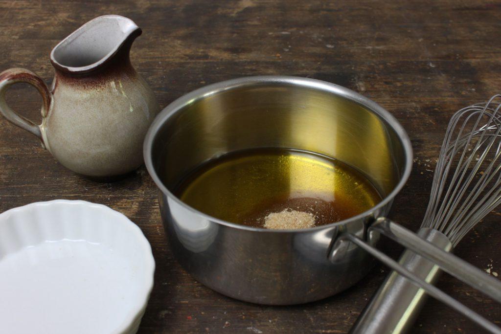 Den Zucker in Agavendicksaft und Olivenöl auflösen