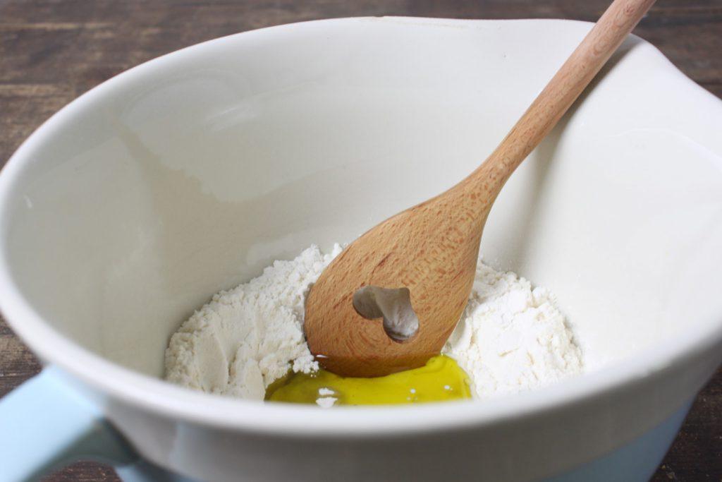 Olivenöl und Buttermilch in die Mulde geben