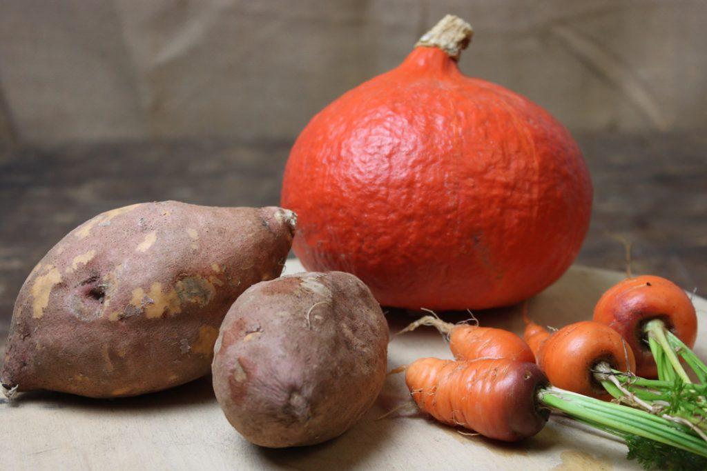 Die Zutaten für die vegane Kürbis-Süßkartoffel-Suppe waschen bzw. schälen