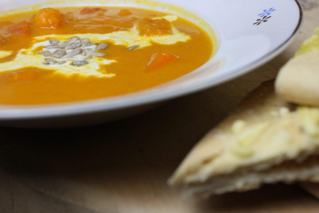 Die Suppe mit etwas Brot genießen
