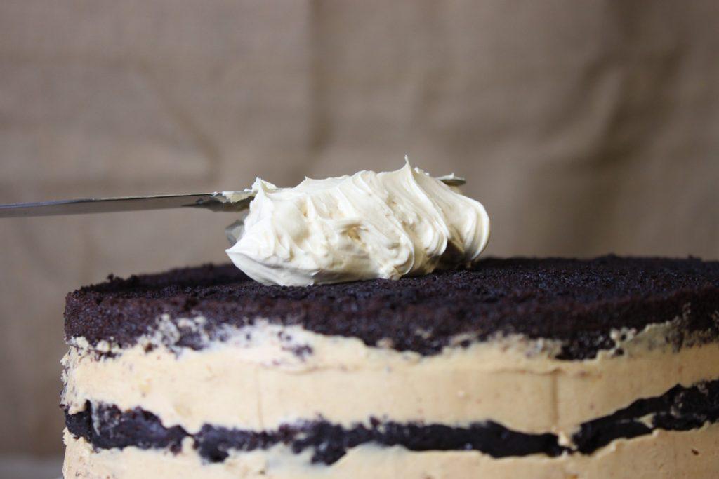 Die Torte vollständig mit der Creme bestreichen