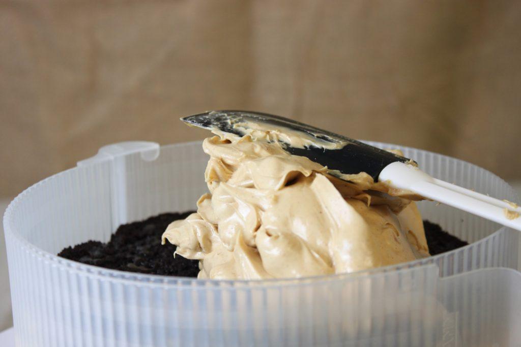 Die Torte aus Böden, Sauce und Füllung zusammensetzen