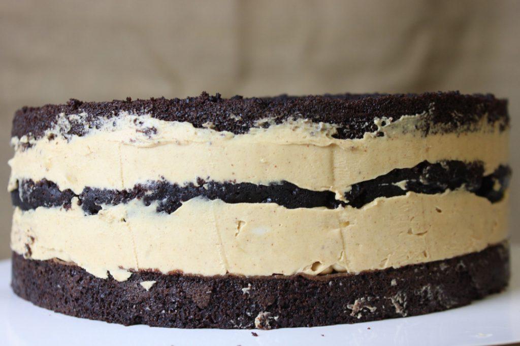 Die zusammengesetzte Torte gute 1 1/2 Stunden kühlen