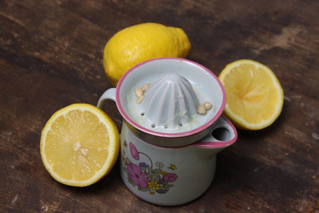 Den Saft der Zitronen auspressen