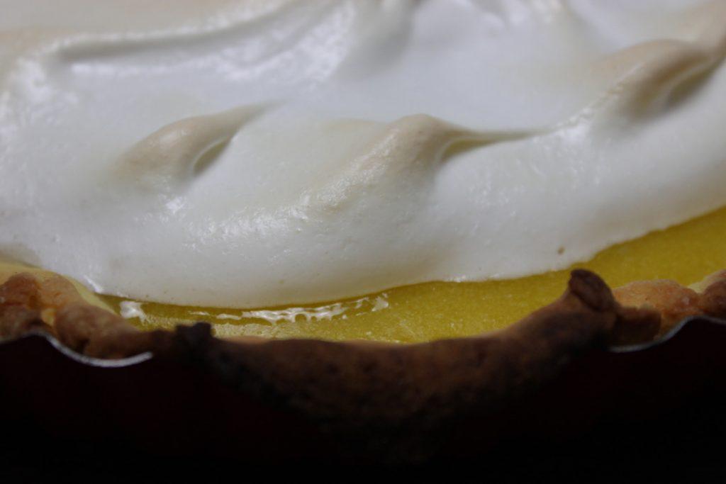 Die Zitronen Tarte mit Baiserhaube backen bis das Baiser leicht gebräunt ist