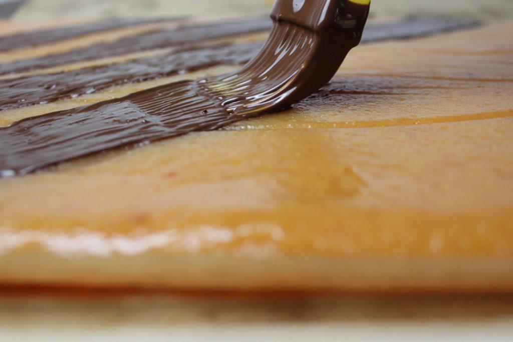 Das getrocknete Quittenbrot nach Belieben mit Schokolade bestreichen