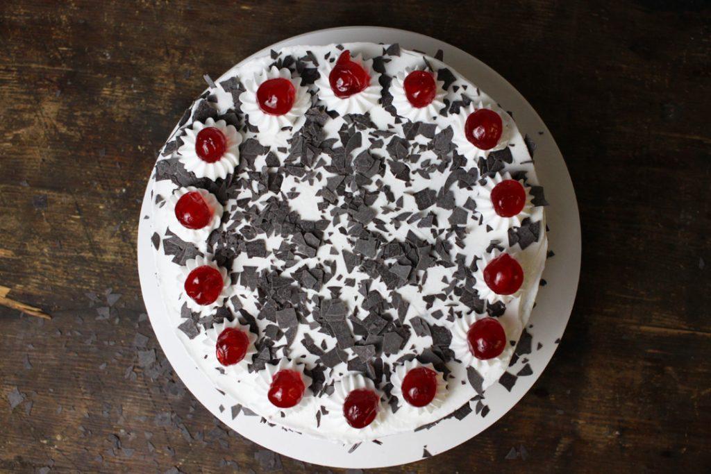 Dieser Klassiker macht richtig was her: vegane Schwarzwälder Kirsch Torte