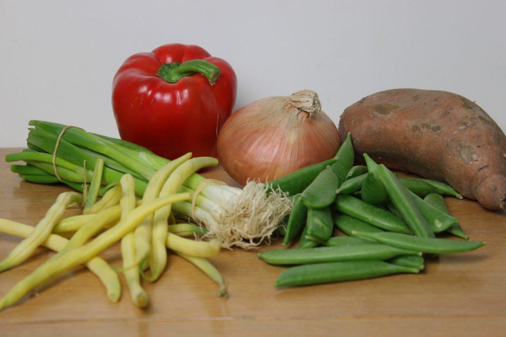 Das Gemüse waschen und klein schneiden