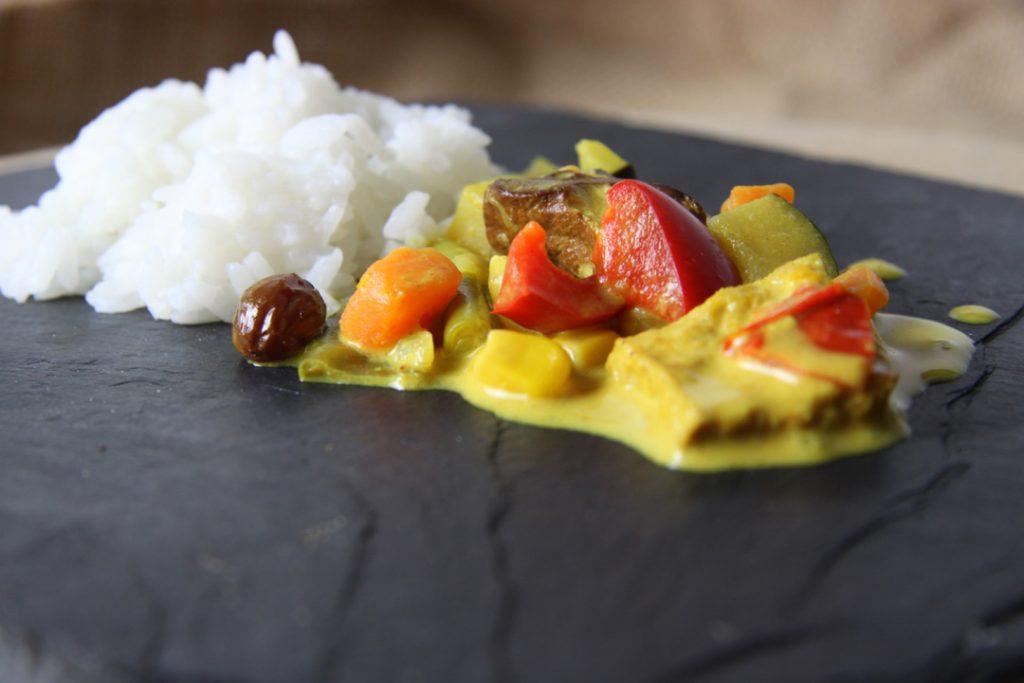 Das Curry heiß servieren