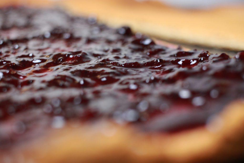 Für die veganen Dominosteinen den Lebkuchen mit dem Gelee bestreichen