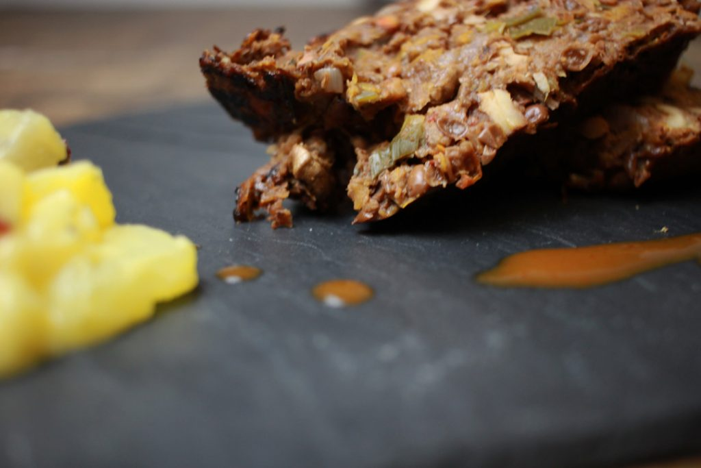 Glasierter Linsenbraten schmeckt zusammen mit der Sauce und Kartoffelsalat und ergibt ein tolles veganes sowie glutenfreies Festtagsmenü