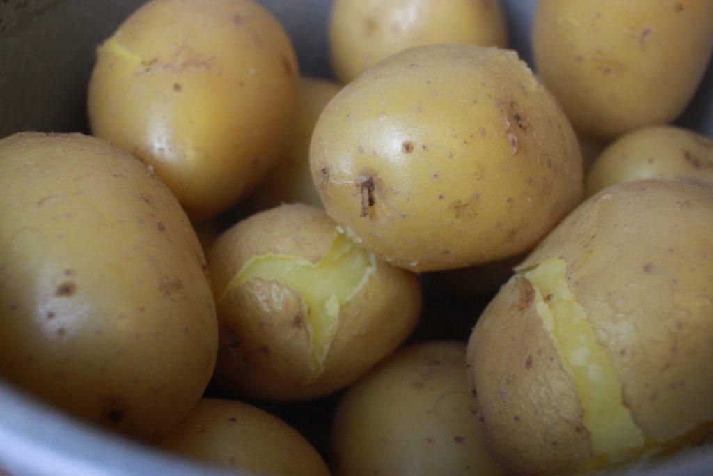 Die Kartoffeln nach dem Garen abkühlen lassen
