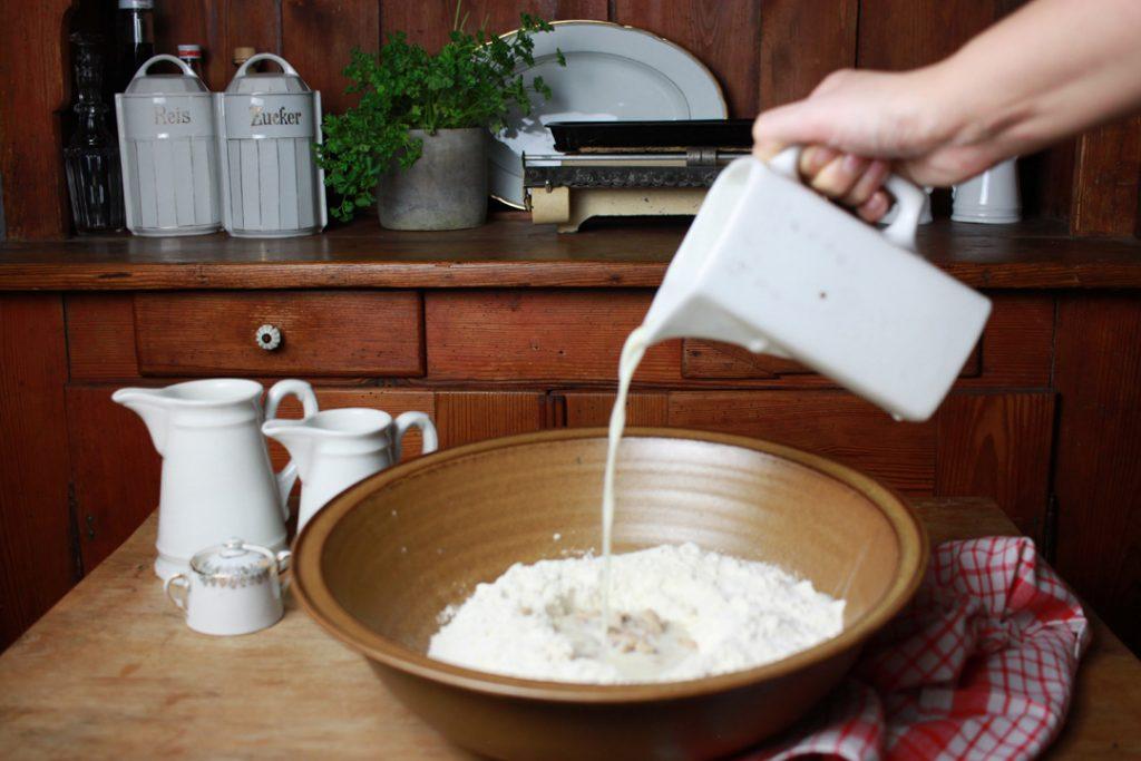 Etwa die Hälfte der Pflanzenmilch-Mischung in die Mulde gießen