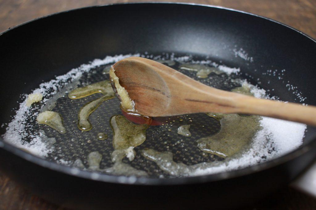 Den Zucker schmelzen bis er kurz vor dem Karamellisieren ist