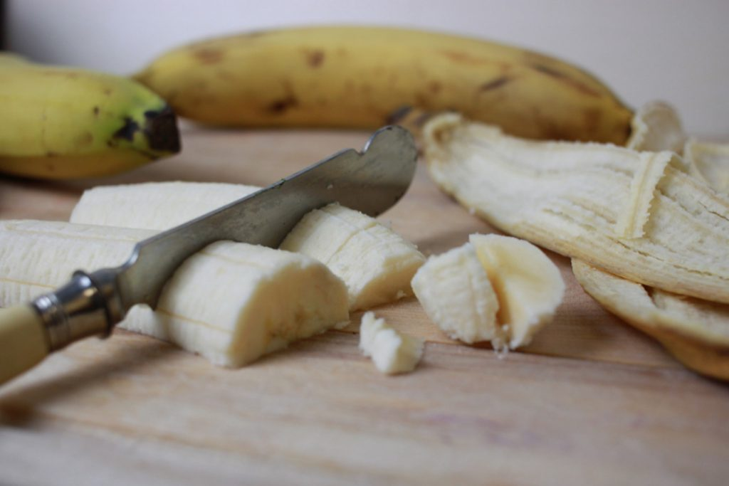Veganer Bananen-Guglhupf braucht Bananen, diese in dünne Scheiben schneiden