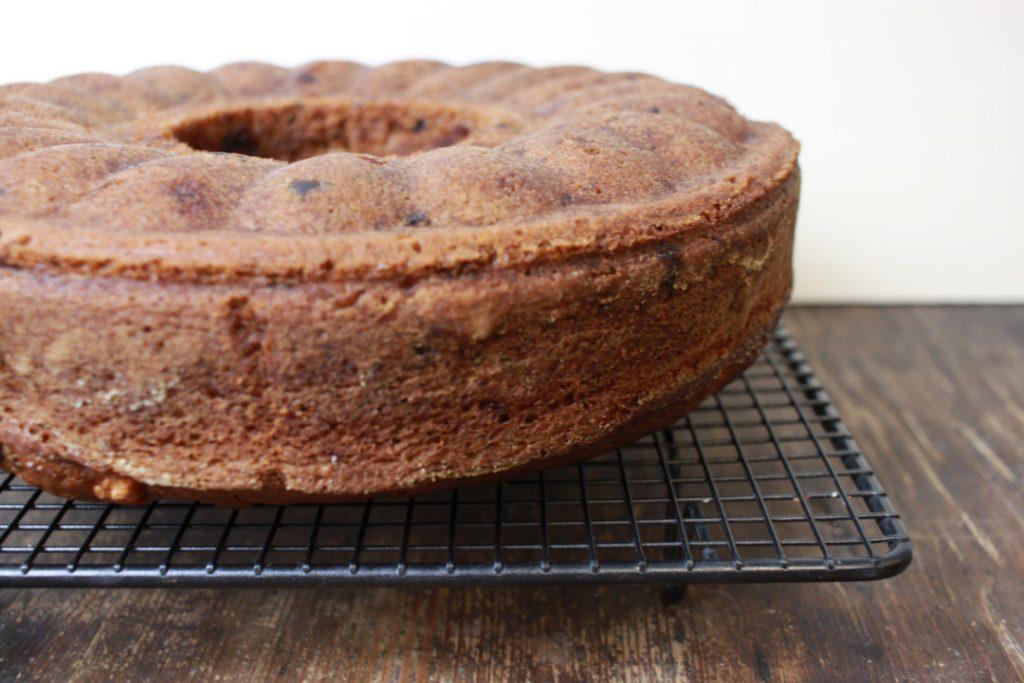 Den Kuchen etwa 1 Stunde backen
