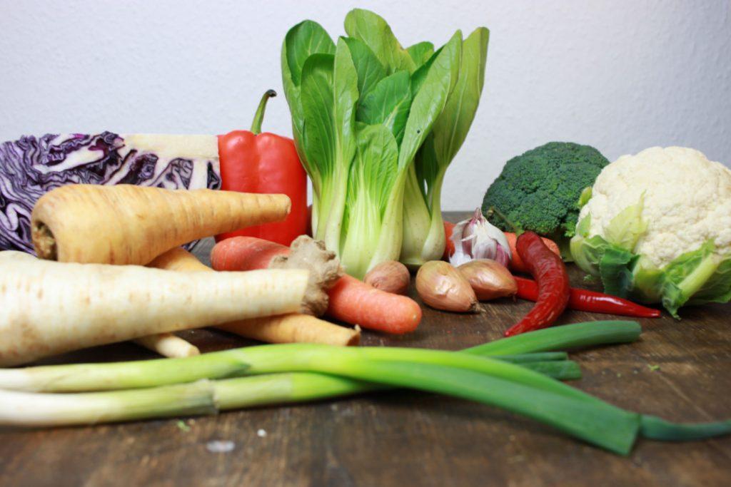 Für vegane Curry Reisnudeln die Zutaten bereit stellen