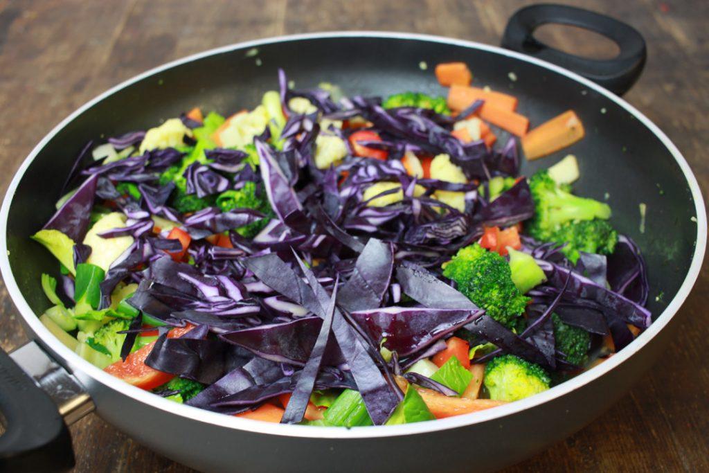 Den Rotkohl zum restlichen Gemüse geben