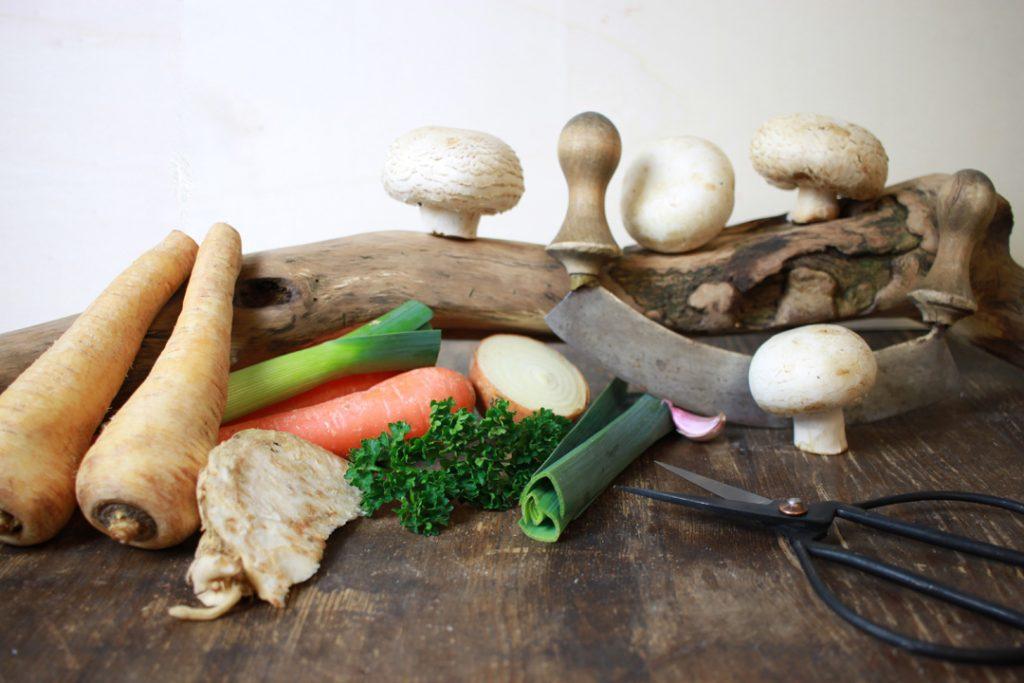 Die Zutaten für veganes Seitan-Gulasch bereit legen