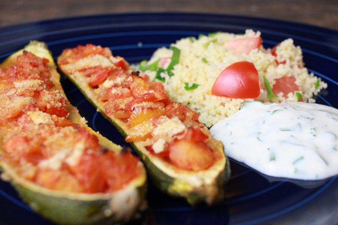 Vegane Zucchini-Schiffchen mit Couscous und Sojajoghurt-Dip