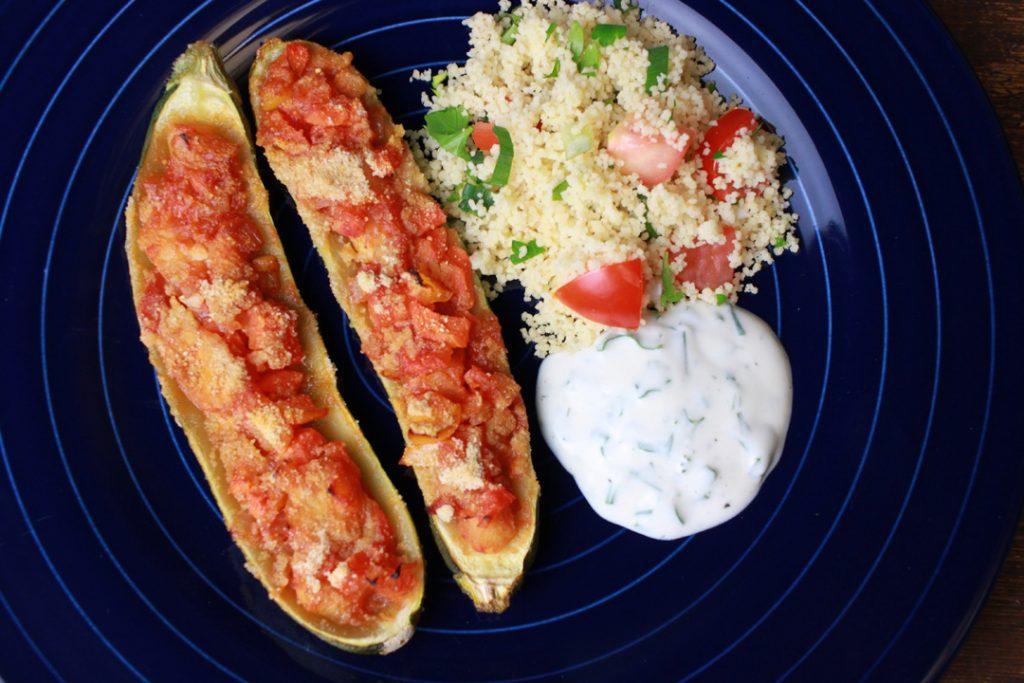 Vegane Zucchini-Schiffchen noch warm genießen