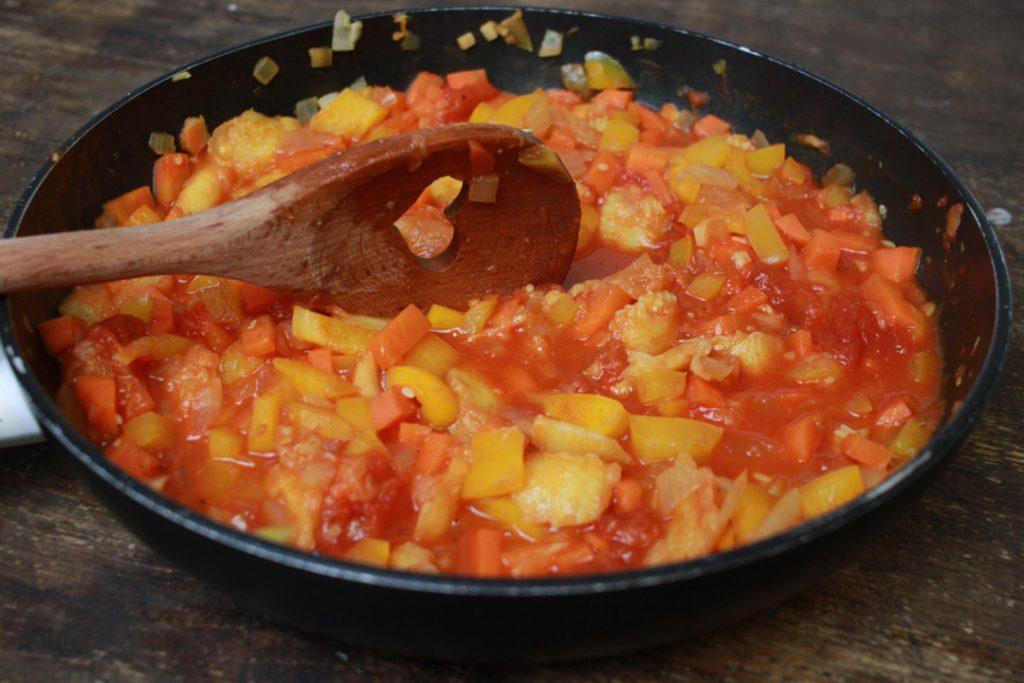 Die Füllung für die veganen Zucchini-Schiffchen kurz aufkochen
