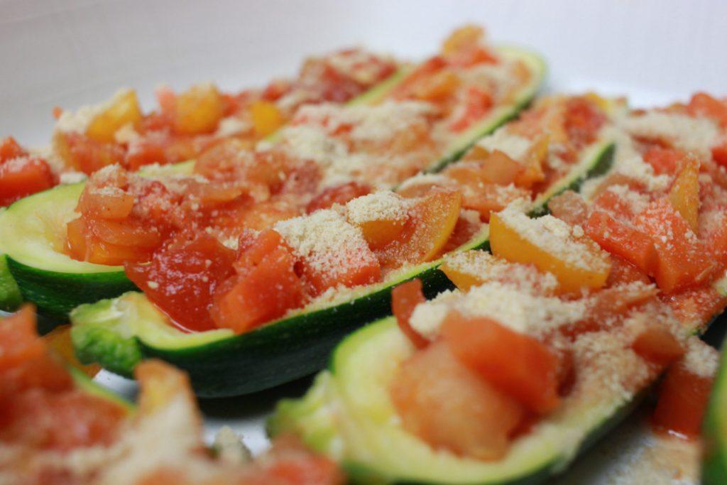 Vegane Zucchini-Schiffchen etwa 30 Minuten backen