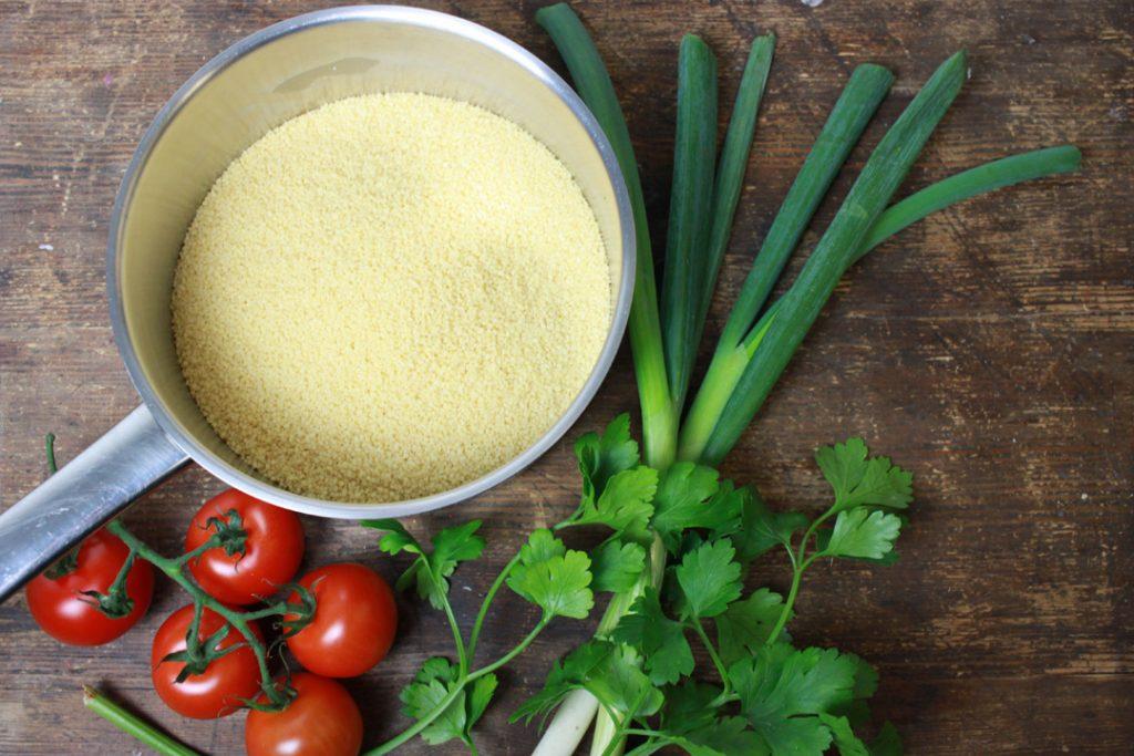 Den Couscous mit Salzwasser quellen lassen