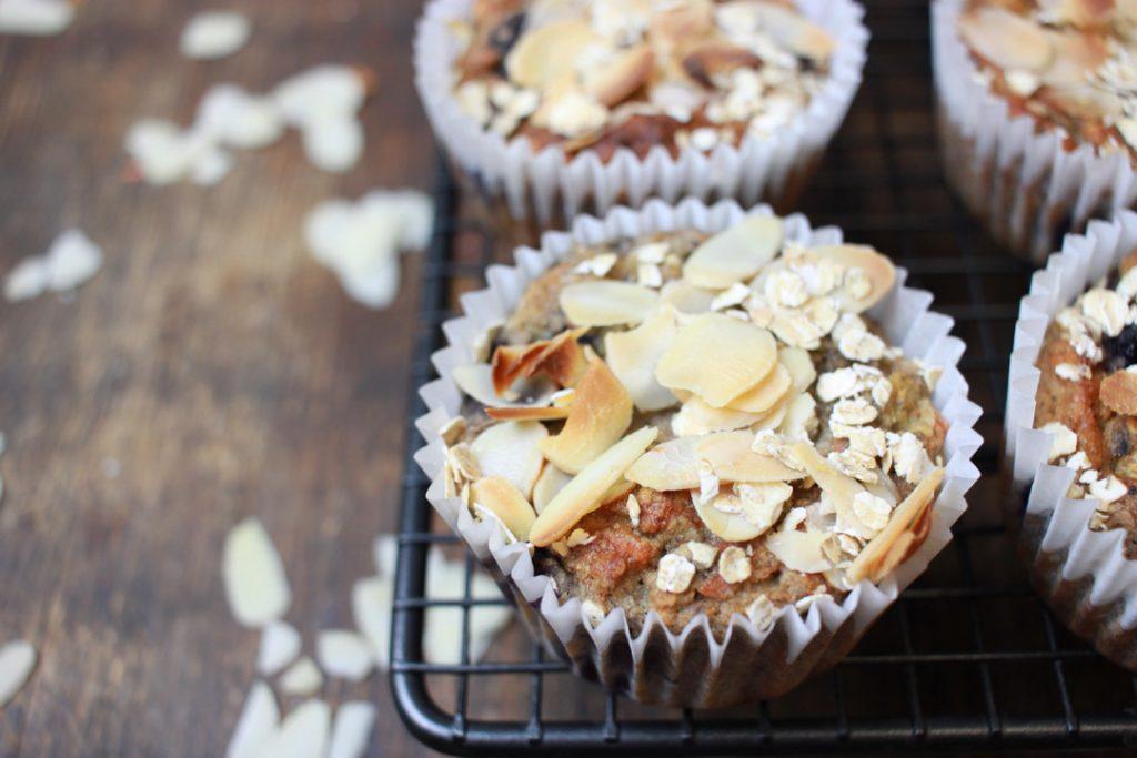 Vegane Frühstücksmuffins goldgelb backen