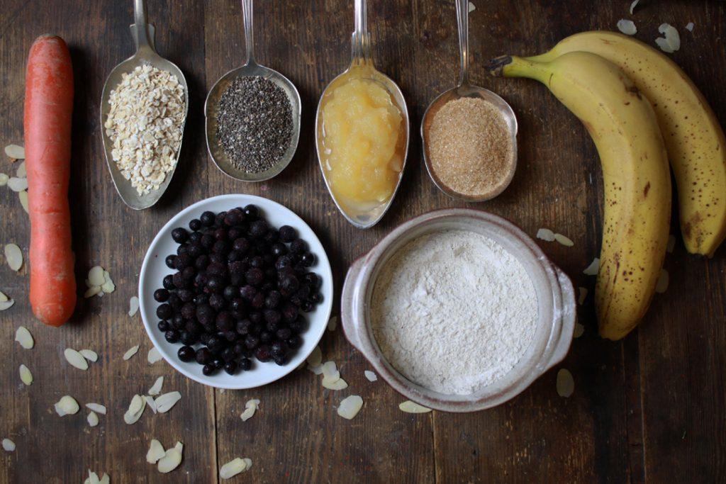 Die Zutaten für die veganen Frühstücksmuffins bereit legen