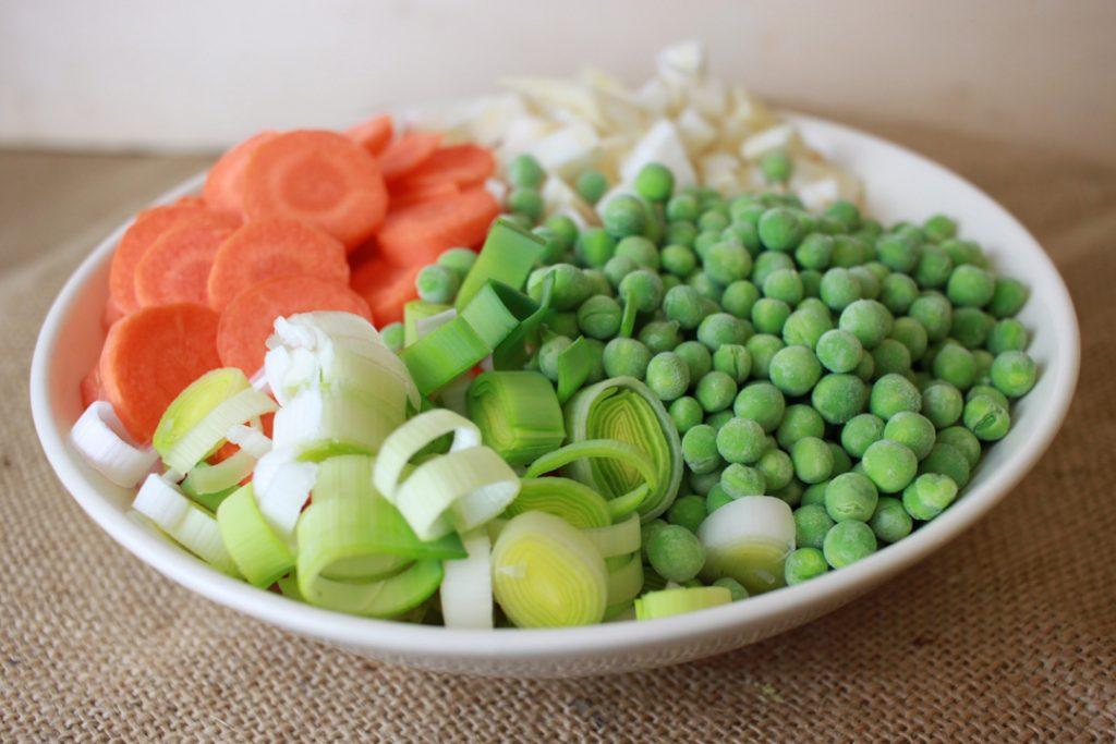 Das Gemüse zur Brühe geben