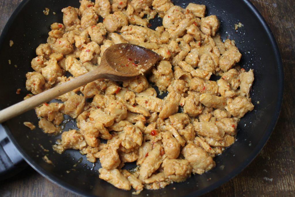 Die vegetarische Quesafilla-Füllung scharf anbraten