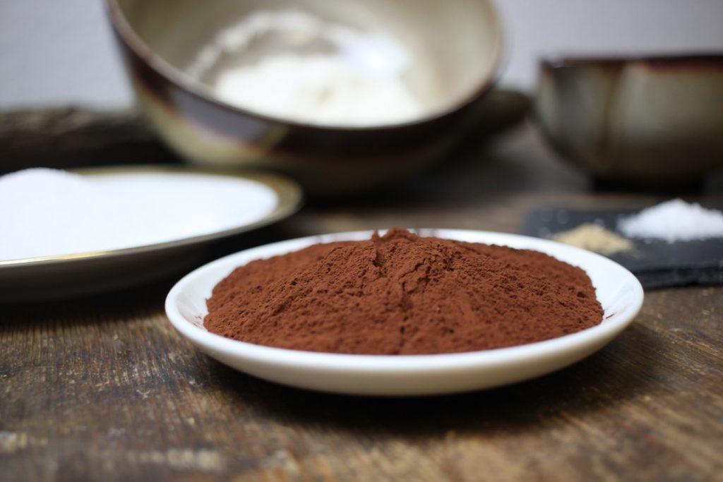 Die Zutaten für die vegane Schokoladentorte bereit legen