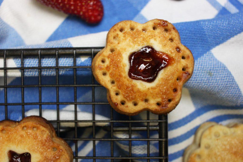 Praktisch für das Sommerpicknick: vegane Hand Pies mit Erdbeerfüllung