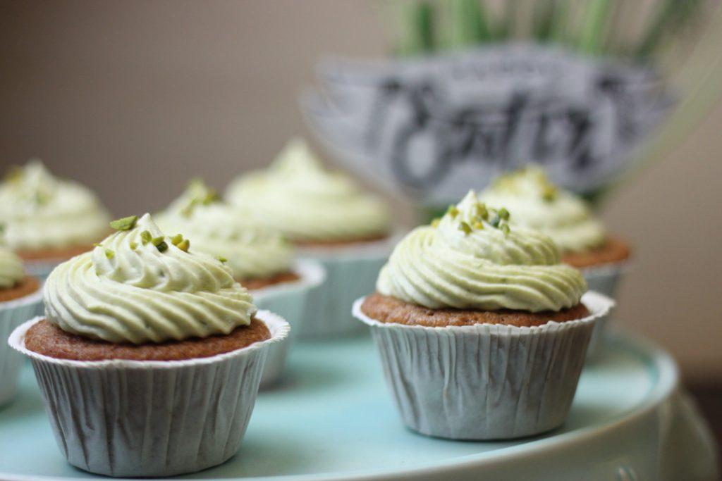 Für den Ostertisch: Vegane Kardamom Cupcakes mit Pistazien Creme