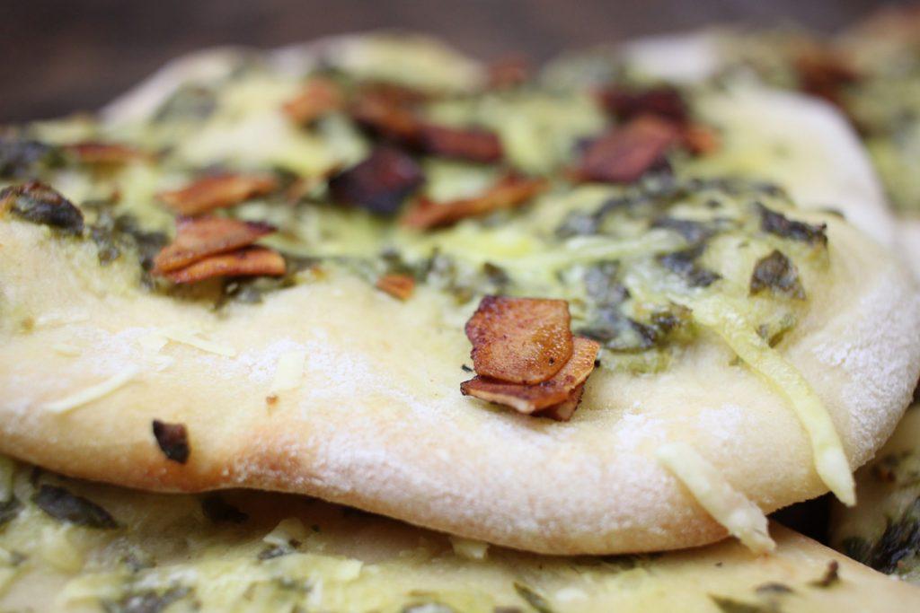 Deftiger Snack für die Gartenparty: vegane Bärlauch Schmand Fladen mit Coconut Bacon