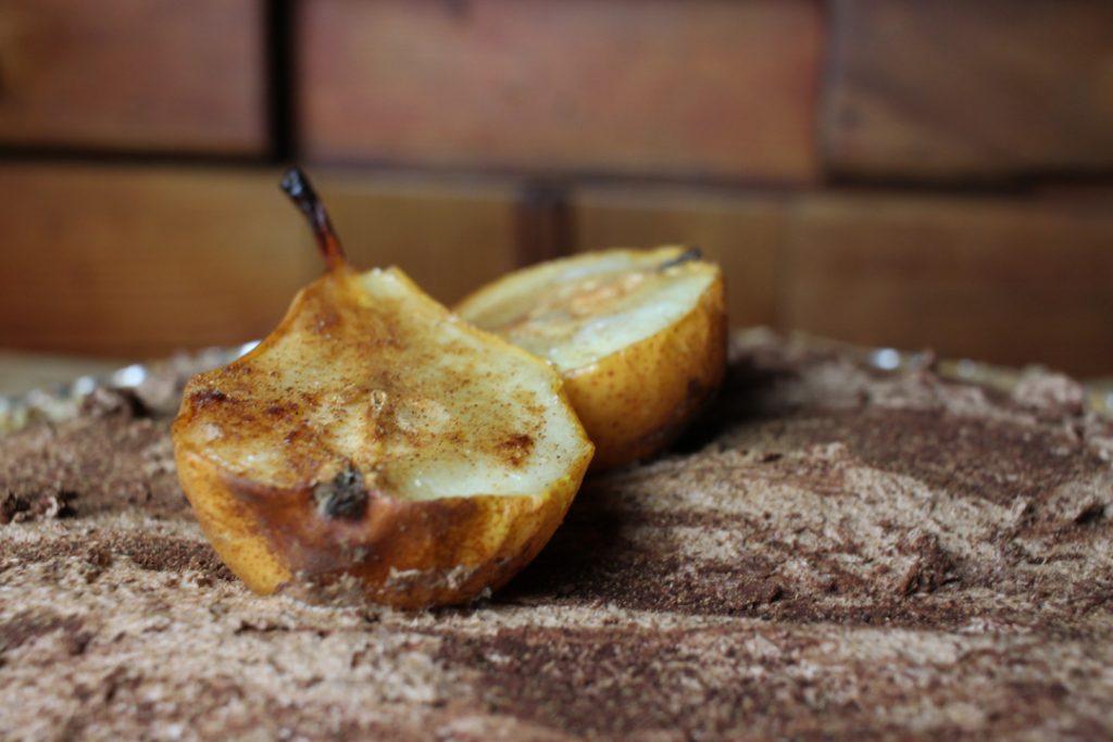 Die fertige Birnen-Tarte mindestens 2 Stunden kalt stellen