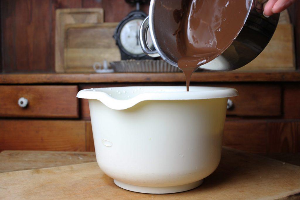 Die Zartbitterschokolade gründlich unter die aufgeschlagene Sojasahne rühren
