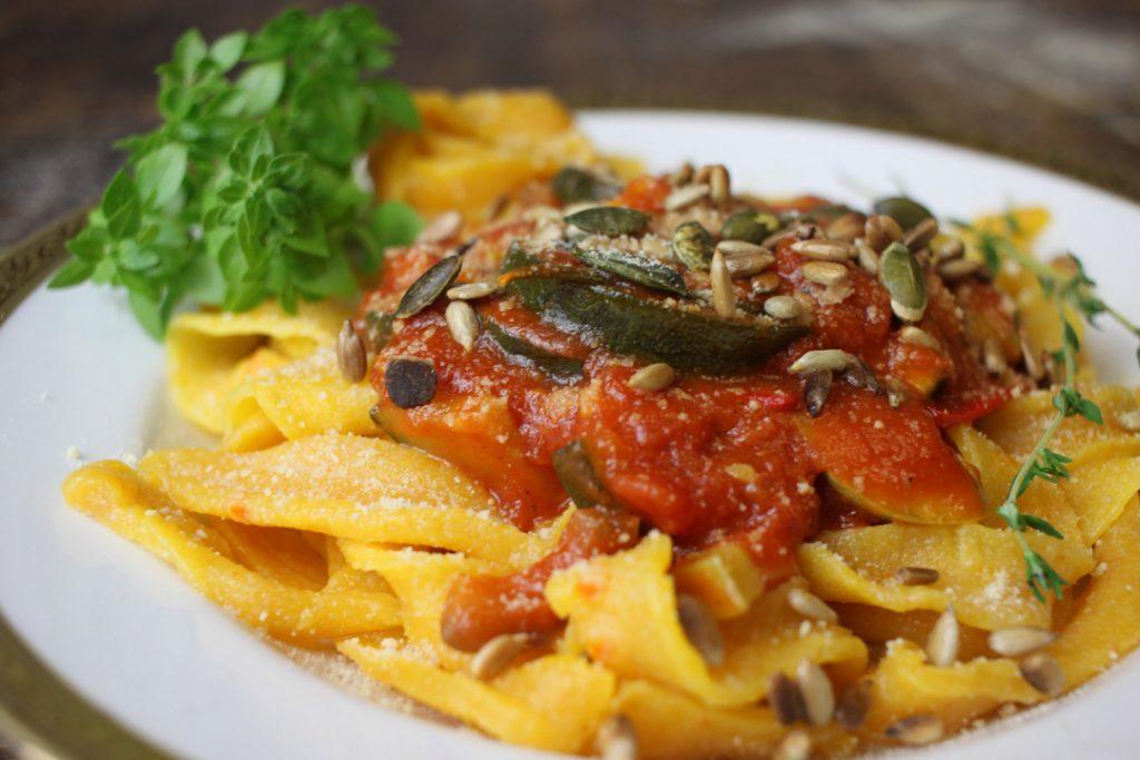Vegane Kürbis-Tagliatelle - ein leckerer Farbtupfer für den sonst oft tristen Herbst