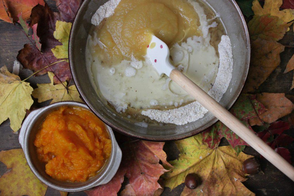 Pflanzenmilch, Apfelmus und Öl zu den trockenen Zutaten geben