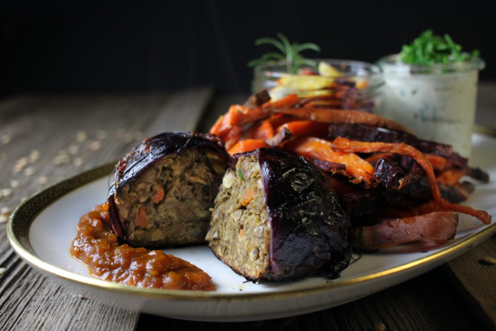 Ein wahres Festtagsessen: Vegane Rotkohl-Linsen-Rouladen an Orangen-Zimt-Soße, Süßkartoffel Pommes und Coleslaw